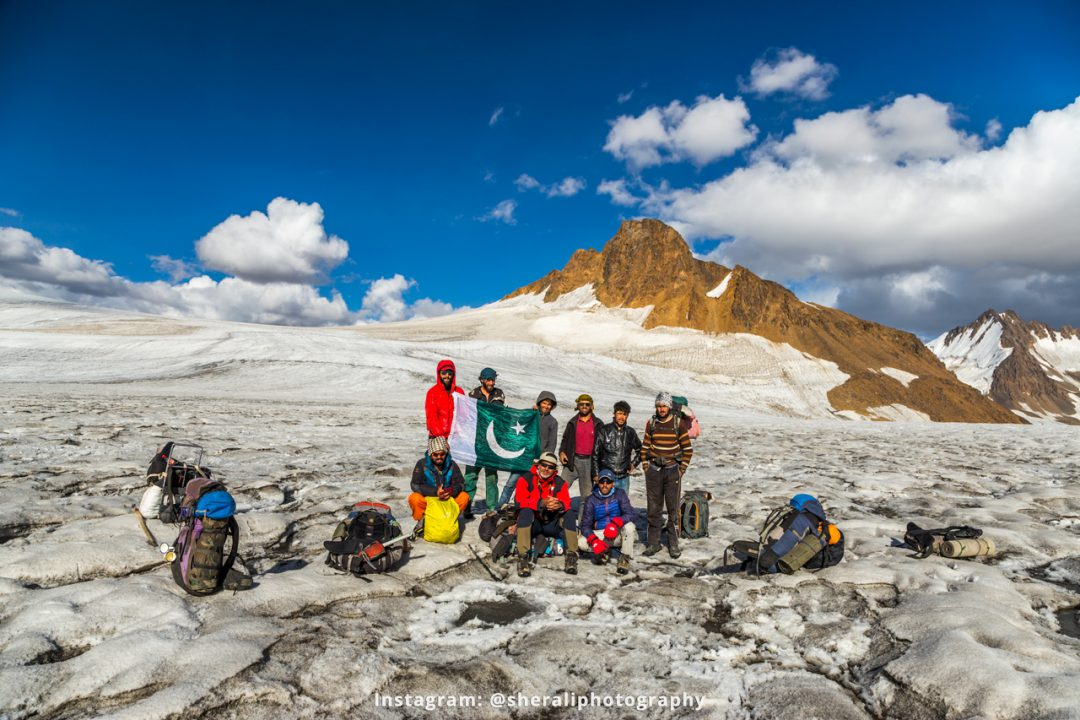Group photo at Darkut pass