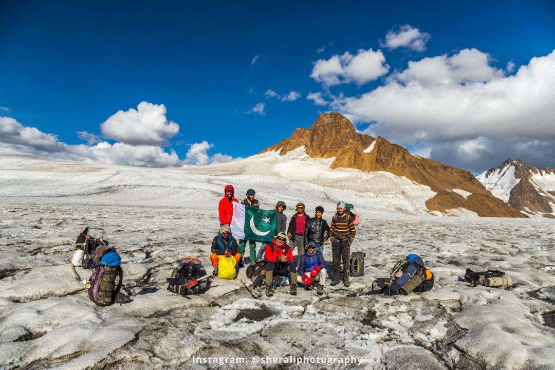 Group photo at Darkut pass